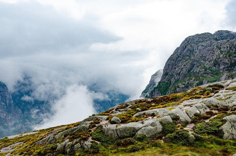 Noorwegen, wolken over de bergen van Marly van Gog