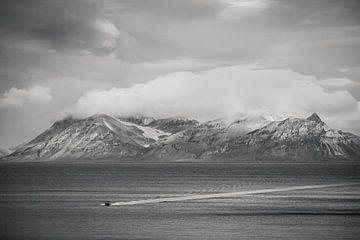Boot op zee, Spitsbergen van Michèle Huge