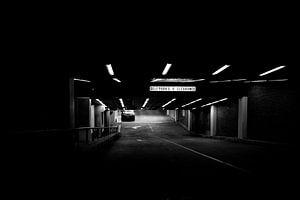 Donkere parkeerplek van