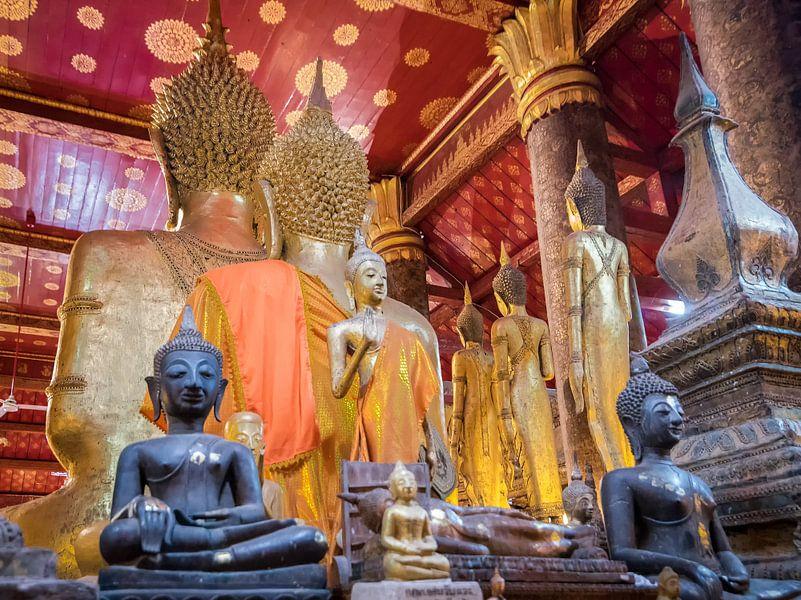 Boeddhabeelden in de tempel in Luang Prabang, Laos van Rietje Bulthuis