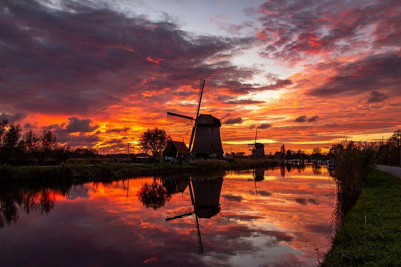 Molen in Alkmaar na zonsondergang van Dennis Dieleman