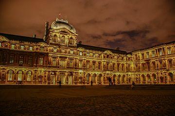 Le Louvre de Paris la nuit avec des nuages lumineux sur Eric van Nieuwland
