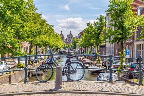 Straatbeeld met  Begijnebrug  in Haarlem in Nederalnds