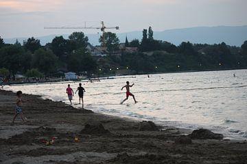 Spelen aan het meer Lac Leman van
