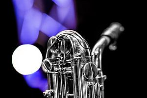 Saxofoon hals en mondstuk met licht op de achtergrond.