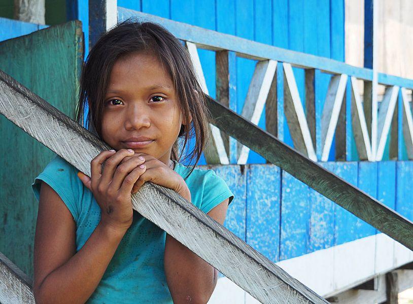 Beautiful little Girl in Iquitos, Peru van Andrea Babilon