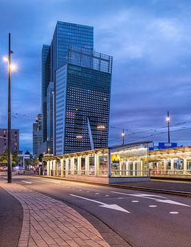 Opvallende architectuur in de schemering, Kop van Zuid Rotterdam van Tony Vingerhoets