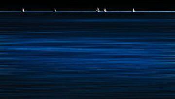 Segelboote im Blau van Heiko Westphalen