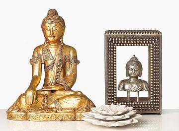 Decorative Metallic Buddahs and a Marble Lotus Flower on White Table sur BeeldigBeeld Food & Lifestyle