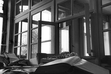 Een verlaten raam in een verlaten kantoor in zwart wit von Melvin Meijer