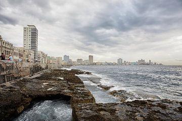 Panoramablick auf die Skyline von Havanna und den berühmten Boulevard Malecon von Tjeerd Kruse