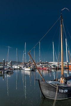 Le port de Lauwersoog par une soirée sans vent sur