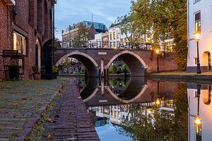 Avond bij de Vollersbrug over de Oudegracht in Utrecht
