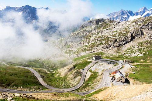 De weg naar de Col du Galibier door de wolken