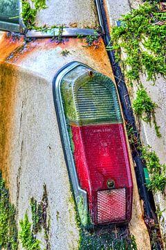 achterlicht bedekt met mos van een sloopwagen van W J Kok