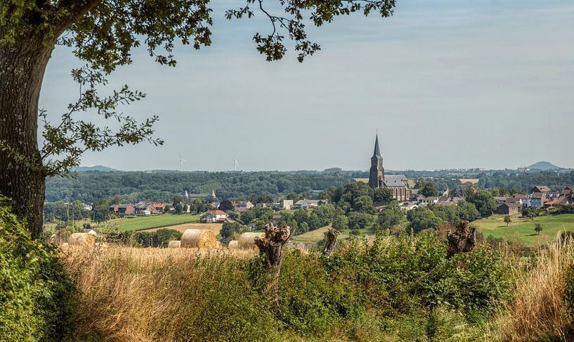 Uitzicht op kerdorpje Vijlen van John Kreukniet