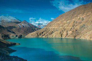 Blick auf die Berge am Yamdrok See, Tibet von Rietje Bulthuis