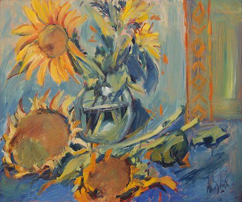 Zonnebloemen vers en uitgebloeid met vaas van