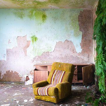 Verlassener Stuhl mit Verfall. von Roman Robroek