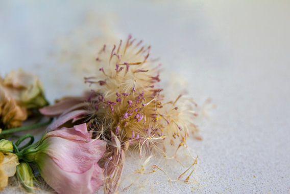 boeket verwelkte bloemen van Kas Maessen