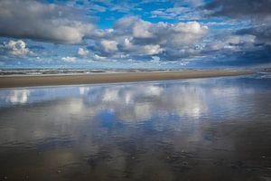 Mooie stranddag met wolken van Peet Romijn