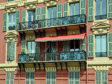 foto van ramen en balkon in Nice van
