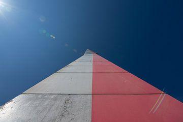 Radar toren in grijs en rood beton van Lucia Leemans