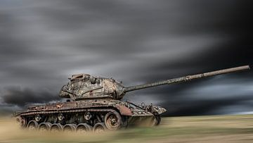 Alter Panzer auf einem Feld von Günter Albers
