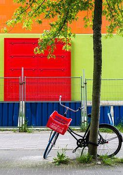 Fiets tegen boom met rood, groen, oranje en blauw in Amsterdam van Paul van Putten