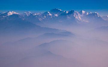 Ochtendnevel boven de bergen van de Himalaya, Nepal van Rietje Bulthuis