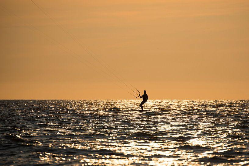 Kitesurfer bij zonsondergang van Michel Sjollema