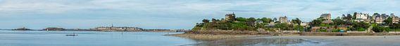 View from the Plage de l'Écluse  (Dinard) on Dinard &  Saint-Malo