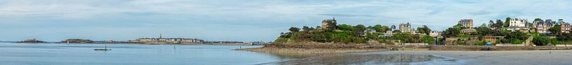 View from the Plage de l'Écluse  (Dinard) on Dinard &  Saint-Malo van Ardi Mulder