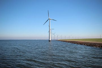 Windmolenpark langs de dijk van het IJsselmeer bij Lelystad van André Muller