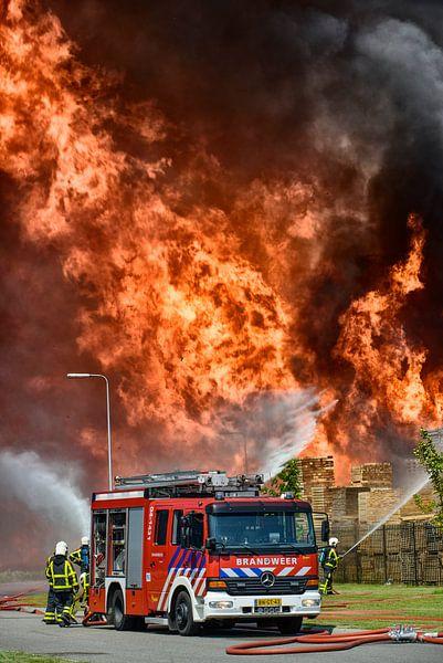 Brandweer bij een grote brand van Sjoerd van der Wal