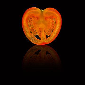 Schijfje tomaat met reflectie op de achtergrond