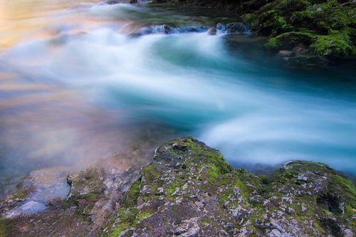 Stromende rivier tussen rotsen
