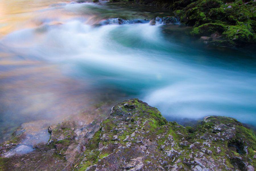 Stromende rivier tussen rotsen van Niels Eric Fotografie