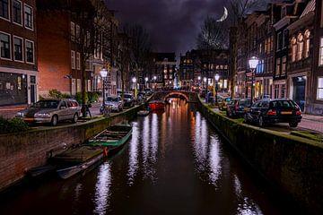 Stadsgezicht van Amsterdam bij nacht in Nederland van Nisangha Masselink