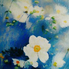 Witte bloemen op blauwe achtergrond van Angel Estevez