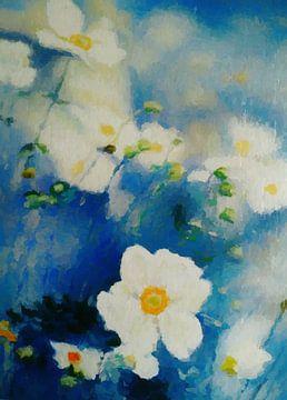 Weiße Blumen auf blauem Hintergrund von Angel Estevez