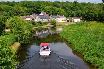Plezierbootje varend in een groene omgeving op de rivier de Yonne in Bourgogne, Frankrijk van Gert Bunt
