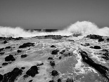 Golven op de het strand van Sao Pedro, Sao Vicente, Kaap Verdie van Rien Koorevaar