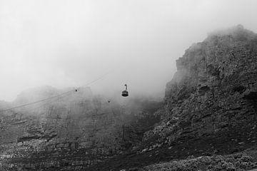 Zwart-wit beeld van kabelbaan in de mist van de Tafelberg in Zuid-Afrika von Romy Wieffer