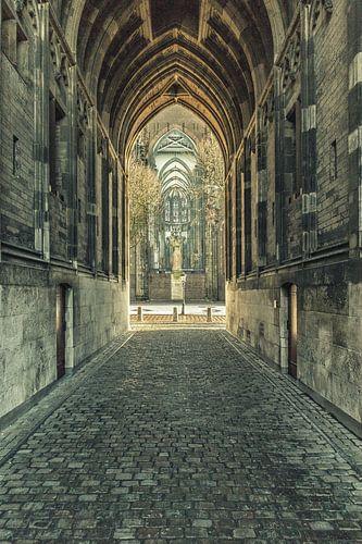 Onder de Dom c.q. Domtoren van Utrecht met zicht op Domplein. van
