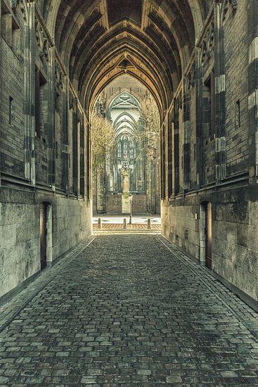 Onder de Dom c.q. Domtoren van Utrecht met zicht op Domplein.