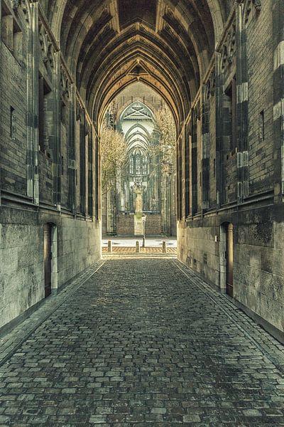 Onder de Dom c.q. Domtoren van Utrecht met zicht op Domplein. van De Utrechtse Grachten