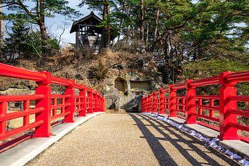 Rote Brücke zu einer japanischen Insel von Mickéle Godderis