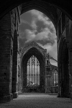 Doorkijk in ruïne Melrose Abbey von Floris van Woudenberg