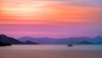 zeilbootje bij zonsondergang